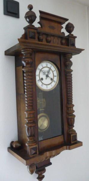 ... Da Die Originalsäulen Irgendwann Verloren Gingen. Außerdem Fehlten  Einige Zierteile. Die Uhr Wurde Mit Hilfe Eines Antiken Kataloges Wieder  Hergestellt.